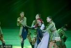 2017年9月13日晚,第26届金鸡百花电影节开幕晚会在呼和浩特举行。娜仁花身穿蓝色民族装现身开幕晚会,61岁斯琴高娃登台。