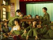 冯小刚《芳华》发布终极预告 黄轩战场负伤断臂