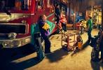 喜剧电影《缝纫机乐队》将于9月29日全国上映。片方发布终极预告,更加完整地勾勒出缝纫机乐队跌跌撞撞又一往无前的追梦之路。乐队成员们站在废墟之上,面对台下万千观众纵情弹唱,更是让人感受到梦想实现的超燃一幕。