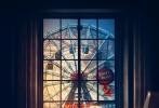 日前,由伍迪·艾伦执导的新片《摩天轮》曝光正式海报以及大量剧照,新海报中,凯特·温斯莱特侧躺在房间的床上,看着房间的另一侧,窗外是游乐园中的摩天轮。