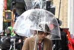 """在《摩天轮》开始密集宣传的同时,伍迪·艾伦2017年新片也进入了热拍阶段。两位主角赛琳娜·戈麦斯、""""甜茶""""蒂莫西·柴勒梅德近日被拍到现身曼哈顿片场拍摄一场雨中戏份。赛琳娜在瓢泼大雨中被淋成了落汤鸡,随后,""""甜茶""""撑着透明长柄伞现身""""雪中送炭"""",二人同打一把伞的画面好不甜蜜。"""