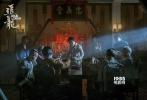 """由甄子丹、刘德华出演的动作猛片《追龙》于今日正式公映!黑帮动作题材、真实传奇改编、超强的实力派阵容强强组合,在国庆档一众佳片中强势杀出一条血路,成为国庆最大的一批黑马。许多看片观众表示自己看低了《追龙》:""""真的没想到,原来国庆档所有片子中,最有诚意的是《追龙》!太赞了!""""更有知名影评人在观影后赞叹:""""《追龙》这回讲跛豪与雷洛的半世交情,不浮不煽不套路,一笔笔的感慨,涂抹成香港的夜空以及九龙城寨的底色。""""《追龙》究竟有什么看点能如此收割众多业内外各方观众的芳"""