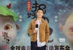 """10月1日国庆节期间,《捉妖记2》全球巡展首展在上海大悦城隆重开幕。续集中全新加盟的杨祐宁与小妖王胡巴出席活动,携手开启""""捉妖""""穿越之旅。发布会上,杨祐宁不仅首次公开介绍了自己在《捉妖记2》中的天师角色,更是玩性大发使用电影道具""""定字符""""""""定住""""胡巴。启动仪式之后,杨祐宁和胡巴一同体验了电影主题展展区,高度还原的全新电影场景""""清水镇""""令二人流连忘返,在食品摊前杨祐宁更是试吃了亲手制作的鲜肉月饼。"""