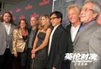 """由马丁·坎贝尔执导,成龙、皮尔斯·布鲁斯南、刘涛、梁佩诗领衔主演的国际动作大片《英伦对决》正在全国热映中并逐步登陆全球银幕。当地时间10月5日,该片在美国洛杉矶举行北美首映礼,成龙及导演马丁·坎贝尔等齐乐娱乐主创纷纷亮相红毯。此次《英伦对决》洛杉矶首映礼现场聚集了众多美国主流媒体与海外""""龙迷"""",其中还有不少华裔观众。首映结束之后,成龙在齐乐娱乐中的精彩表演令所有观众惊奇:""""从来没有看过这样的成龙。""""而现场的华裔""""龙迷""""则倍感自豪:""""电影播放结束之后,听到所有观众都鼓掌欢"""