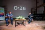 """由贾樟柯监制,金砖国家首部合作影片《时间去哪儿了》将于10月19日在全国上映。为了配合影片上映,电影的宣传活动也随之火热开启,10月10日,导演贾樟柯空降昆明,不仅与影迷交流拍摄幕后,深度解析影片背后所传达的时间哲学。在时间主题沙龙上更是与四位身份特殊影迷亲切对谈,通过自己的经历为他们解答种种关于时间的困惑,巧妙应答""""中年危机"""" 、""""技术与艺术的关系""""等难题。对于影片形式,导演更是强调这是""""同题创作""""而非""""命题作文"""",形象地阐释了影片特质。"""