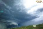 """由导演杨蕊执导,定档于12月8日的西藏热血传奇d8899尊龙娱乐游戏《金珠玛米》今日发布一组""""龙卷风""""剧照。辽阔的邦达草原上乌云密布,天际间突然伸出了大象鼻子样的""""漏斗云"""",直戳地面,左摇右摆,好似一条发疯的巨蟒,狂奔怒吼!"""