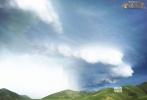 """由沙龙网上娱乐杨蕊执导,定档于12月8日的西藏热血传奇大片《金珠玛米》今日发布一组""""龙卷风""""剧照。辽阔的邦达草原上乌云密布,天际间突然伸出了大象鼻子样的""""漏斗云"""",直戳地面,左摇右摆,好似一条发疯的巨蟒,狂奔怒吼!"""
