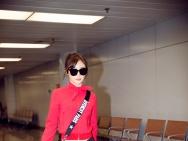 袁姗姗现身机场酷劲十足 尽显大长腿小细腰好身材