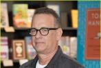 """不想当作家的不是好演员。昨天,61岁的汤姆·汉克斯现身伦敦某书店,出席个人首部短篇小说集《Uncommon Type》(非常规类型)的签售活动,正式跻身""""演而优则写""""行列。"""