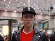 黄景瑜现身北京机场造型酷帅 黑色皮衣硬朗霸气