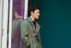 近日,冯绍峰曝光一组最新街拍写真。照片中,他身着橄榄绿风衣内搭红褐色衬衣,时髦有型潮范尽显,红黑格休闲裤与衬衣遥相呼应,小白鞋点缀其中,都市感十足又不觉沉闷,整体look干净利落,撞色却不浮夸。镜头下的他或眼神深邃,或姿态慵懒,轻松演绎舒适熟男风。
