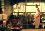 """由陈凯歌沙龙网上娱乐的贺岁奇幻钜制《妖猫传》将于12月22日全国上映,不久前沙龙网上娱乐曝光了一组""""盛世美颜""""海报,张雨绮、张榕容、张天爱饰演的三位大唐女子,身披华服,侧目回眸,让不少网友连连称赞""""美到可以做屏保。""""近日,片方又曝光一组幕后花絮特辑,展现三位性格迥异的盛唐佳人""""养成""""之路,从张雨绮的妩媚""""吃瓜"""",到张榕容的静心修炼,再到张天爱的""""旋转跳跃"""",演员们为角色付出的努力与用心令人称赞。"""