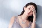 近日,赵丽颖曝光了一组唯美性感写真。她穿浅蓝色长裙仙气十足。