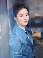 刘亦菲携新优乐国际空降杭州 蓝色风衣尽显女神气质