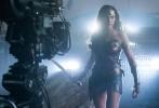 由华纳兄弟影片公司出品的DC超级英雄巨制《正义联盟》(Justice League)正在内地热映,不仅票房大爆遥遥领跑,更掀起鼎沸热议成为现象级焦点。全程爆燃的动作场面看嗨观众,神奇女侠(Wonder Woman)依旧性感喷血,尤其是一直保持神秘的超人(Superman)终于如天神降临般强势回归,以碾压之势吊打反派,酣畅淋漓痛快过瘾,让全球粉丝泪目狂欢!片方今日发布终极角色海报,超人终于姗姗来迟,六大英雄全员聚首!