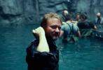 近日,《星球大战8:最后的绝地武士》公布了一组影片拍摄的幕后照。在照片上,我们能看到剧组成员在片场,其乐融融地在一起工作,大家有说有笑,看不出任何的紧张和不安。导演莱恩·约翰逊非常注意细节,他在片场会调整武器距离镜头的位置,楚巴卡的表情,莱亚公主的动作等等细节。