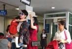 网友近日在微博分享捕获吴尊一家人的照片,林丽莹的超清晰正面近照终于曝光,可见留着一头乌黑长发的她长相十分清秀。