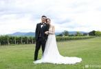 12月5日下午,余文乐在微博上发布一长段文字以及一张结婚照,正式宣布与女友王棠云的大婚喜讯。