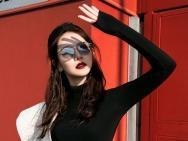 戚薇米兰街头拍时尚大片 摇滚酷女孩侧影都带戏
