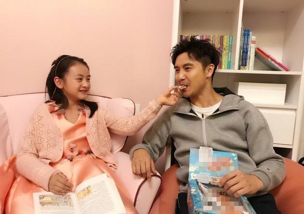 12月11日,田亮在微博中晒出一组与大女儿森碟的照片.图片