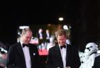 当地时间12月12日,《星球大战8:最后的绝地武士》在英国伦敦举行盛大首映礼,英国皇室的威廉王子与哈里王子到场助阵,两位王子在红毯上风度翩翩、温和儒雅,气场强大。哈里王子近日订婚的消息更成为社交网络的热门话题。