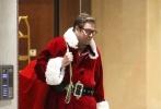 迈克尔·韦瑟利拍新片变身圣诞老人,抗袋子送礼物仰天长啸滑稽十足。