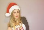 足球宝贝安娜·布拉加戴圣诞帽拍写真 背顶托盘POSE出新高度下衣失踪。