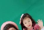 12月20日,张歆艺在微博晒出几张与小泡芙的合影。只见照片中两人对着镜头扮鬼脸,十分可爱。