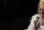 """近日,歌舞片《妈妈咪呀2:再次出发!》公布了全新的沙龙网上娱乐。在沙龙网上娱乐中,由梅丽尔·斯特里普所扮演的母亲唐娜,成为了故事叙述的重点。正是因为她年轻时的""""风流史"""",让阿曼达·塞弗里德扮演的女儿苏菲四处寻找自己的生父。在沙龙网上娱乐中,闪回镜头把我们带回到了唐娜的青年时代,她的三个情人:的三个情人斯特兰·斯卡斯加德、布尔斯·布鲁斯南和科林·费斯都可能是她爸爸。"""