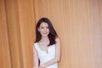 高圆圆深V白裙性感吸睛 长发飘逸秀酥胸气质迷人