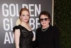 奥斯卡影后艾玛·斯通与《性别之战》女主原型比利·简·金携手亮相,角逐女主角奖项