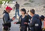"""今日,由许晴、伊桑·霍克领衔主演的好莱坞犯罪动作电影《24小时:末路重生》发布了一组许晴拍摄片场""""嘟嘴萌""""主题的花絮照,记录了许晴拍摄镜头背后的故事。"""