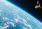 """由克里姆·斯彭科执导,弗拉季米尔·弗多维琴科夫、柳波芙·阿克肖诺娃、巴维尔·捷列连科主演的剧情片《太空救援》已于今日正式上映,该片以两位宇航员临危受命飞向外太空拯救""""礼炮七号""""空间站为主要线索,展现了他们在经受生存环境考验下的执着精神。此前的点映场和首映礼上《太空救援》可以说是获赞无数,在中国人民解放军航天员大队成立20周年之际为影迷们带来了满满的正能量。"""
