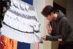 """由丁晟执导,王凯、马天宇、王大陆、余皑磊、林雪、吴樾主演的电影《英雄本色2018》将于2018年1月18日全国公映。1月12日,距离影片上映只剩6天了,主演王凯继续""""做自己的英雄""""主题高校行。这一次,王凯来到了山西太原,突袭中北大学炮火库,做客太原职业旅游学院,和同学们一起上课,现场学习武术,并化身锦鲤为同学送祝福。"""