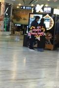 商场偶遇吴奇隆刘诗诗 牵手逛街互相投喂秀恩爱