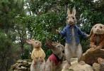 """由,威尔·古勒执导的真人动画电影《比得兔》将于2月9日在北美上映,国内有望引进,这是比得兔风靡全球百年来首次登上银幕。电影《比得兔》讲述了田园冒险大王""""比得兔"""" 带领一众伙伴,与麦格雷戈(多姆纳尔·格里森饰,《星球大战:原力觉醒》)为争夺菜园主权和隔壁美丽女主人贝伊(萝丝·拜恩饰,《X战警》系列)的喜爱而斗智斗勇、各显神通的爆笑故事。"""