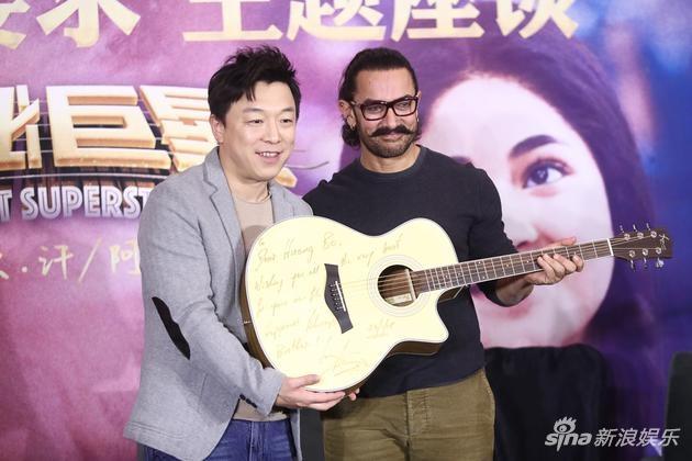 黄渤献唱《巨星》中文版主题曲 阿米尔汗飙山东