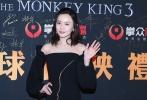 2月4日晚,即将于大年初一(2月16日)公映的魔幻爱情大IP作品《西游记女儿国》在北京举行了一场规模空前的首映礼。阵仗到底有多大?片方为了这场首映礼,在国家体育馆副馆中搭建起高技术规格的临时影厅,重1.3吨,高约五层楼的定制巨幕造价超过百万,亮度也达到了普通影厅的8倍。