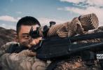 """2月5日,将于大年初一上映的军事动作巨制《红海行动》发布了""""挑战极限""""幕后特辑,展示了影片在筹拍过程中的一系列艰辛过程。训练有素的""""蛟龙突击队""""在炮火连天中奋勇向前,将影片大气磅礴、热血激昂的大片基调展现地淋漓尽致。"""