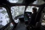 近日,《碟中谍6:异尘余生》公布了一支幕后特辑,详尽介绍了影片中汤姆•克鲁斯驾驶直升机躲避反派追杀的段落的拍摄过程。与人们之前设想的用特效制作不同,这一段镜头是实拍的。而且,驾驶直升机的并不是别人,而是克鲁斯本人。