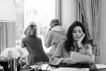 安吉丽娜·朱莉携女儿拍摄时尚大片 女王气场爆棚