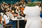"""《捉妖记2》预售票房已突破1.6亿元,创造了华语电影预售票房新纪录。昨日,""""百城联欢·举国团圆""""全国路演继续如火如荼地进行,导演许诚毅、主演梁朝伟携萌妖胡巴和笨笨现身胡巴的""""出生地""""南京,和数百位朋友一起品尝团圆宴,为新年到来之际仍坚守在工作岗位上的服务人员送上最真挚的祝福。据悉,《捉妖记2》将于2018大年初一全国公映。"""