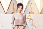 北京时间3月5日,第90届奥斯卡金像奖颁奖典礼在好莱坞杜比剧院举行,红毯上星光熠熠,巨星云集。图为:《水形物语》中的莎莉·霍金斯。