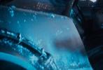 """由华纳兄弟影片公司出品,金奖名导史蒂文·斯皮尔伯格执导的科幻动作冒险巨制《头号玩家》将于3月30日在中国内地与北美同步上映。今日,影片发布一款""""勇闯未知""""预告,呈现出一个充满神奇与想象的虚拟世界,而一段险象环生的寻宝冒险也蓄势待发。"""