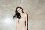 今日,杨幂出席某盛典的造型曝光。她身穿透视吊带礼裙,大秀天鹅颈,飘逸灵动,长腿若隐若现,实力吸睛,美如画中仙子。