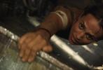 """上映倒计时两天!春季档娱乐d8899尊龙娱乐游戏、由华纳兄弟影片公司出品的动作冒险电影《古墓丽影:源起之战》(Tomb Raider)即将于3月16日(本周五)在内地同步北美公映,目前影票预售正在各大售票平台和影院火爆进行中。片方今日曝光""""命悬一线""""正片片段,女主角劳拉(Lara Croft)被俘后搏命脱险,全程高能九死一生,激流中跳飞机的场景更在点映后圈粉无数,被赞""""堪比神奇女侠发大招""""。"""