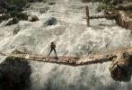 """上映倒计时两天!春季档娱乐大片、由华纳兄弟影片公司出品的动作冒险电影《古墓丽影:源起之战》(Tomb Raider)即将于3月16日(本周五)在内地同步北美公映,目前影票预售正在各大售票平台和影院火爆进行中。片方今日曝光""""命悬一线""""正片片段,女主角劳拉(Lara Croft)被俘后搏命脱险,全程高能九死一生,激流中跳飞机的场景更在点映后圈粉无数,被赞""""堪比神奇女侠发大招""""。"""
