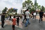 网友偶遇陈赫游迪士尼 疑插队玩游戏遭路人抱怨