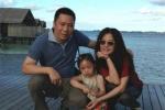 赵薇晒老公与小四月牵手背影照 为小小姑娘庆生