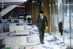 """4月4日,《暴裂无声》终于上映,首日豆瓣评分升至7.8。没有了同门师弟《中邪》的陪伴,忻钰坤的这部新作,无疑成为这个清明档最冷冽、最生猛,甚至于,最恐怖的作品。它的暴力指数,直追韩国犯罪类型片经典《老男孩》、《黄海》;它""""凝视山洞深渊""""的单点透视镜头,让人联想到对人性极致绝望的库布里克;而哑父追凶,三个父亲、三条线索互相牵制的平行叙事,又是忻导最爱的科恩兄弟,以及诺兰的拿手好戏。"""
